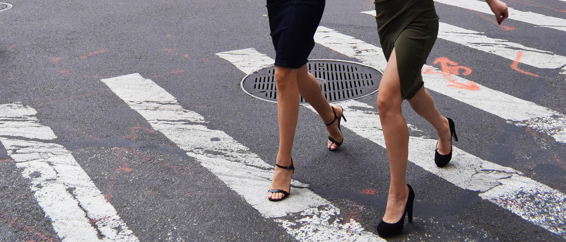 Zachowanie kierowców blisko przejścia dla pieszych.